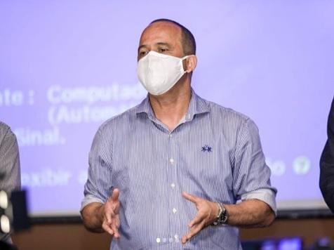 Elinaldo faz novo teste para covid-19 e entra em isolamento social