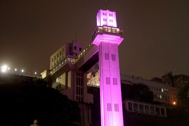 Monumentos de Salvador recebem iluminação especial no Outubro Rosa