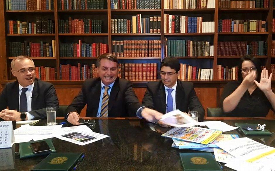 Bolsonaro apresenta kit de ética e cidadania para a educação básica