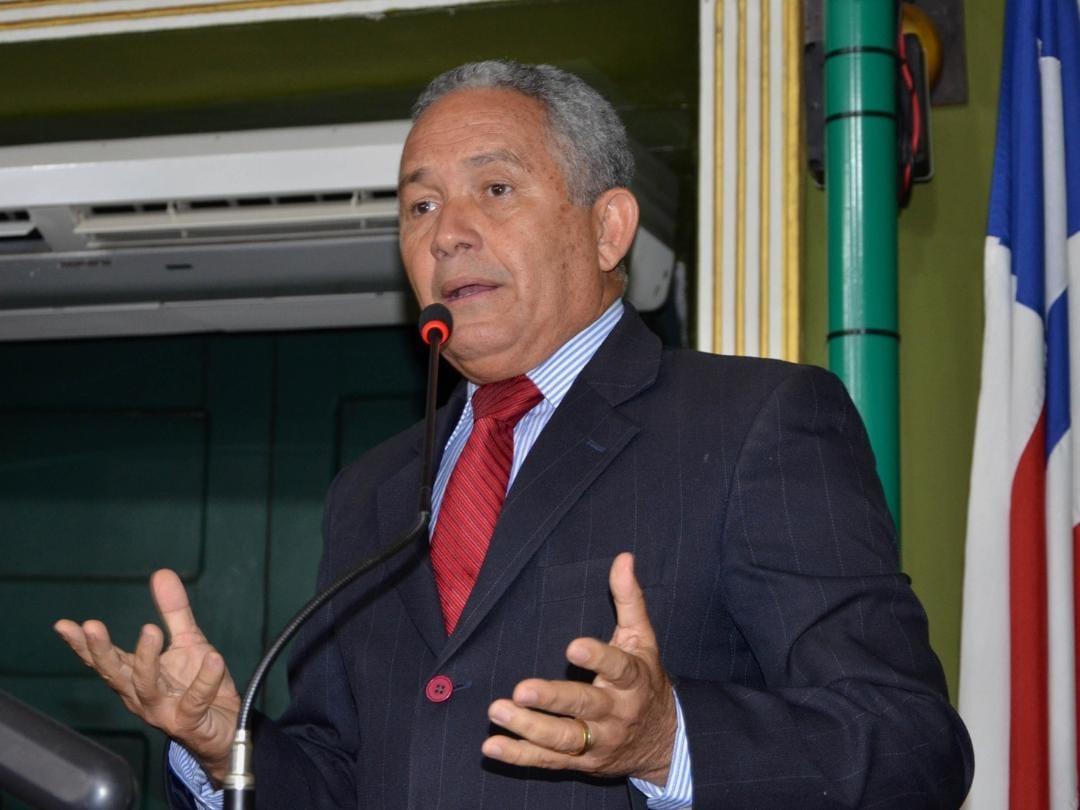 Téo Senna cobra explicações sobre atraso em obra no Santo Antônio Além do Carmo