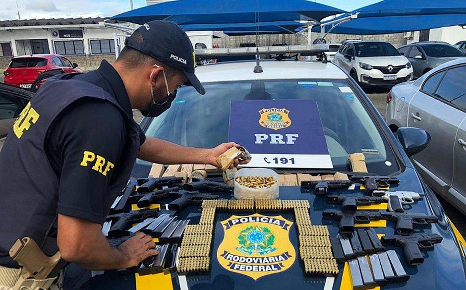 PRF prende motorista com arsenal ao desembarcar do ferry em Salvador