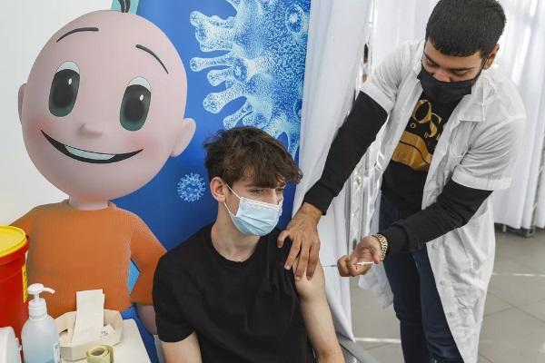 Israel começa a vacinar menores de 18 anos contra covid-19