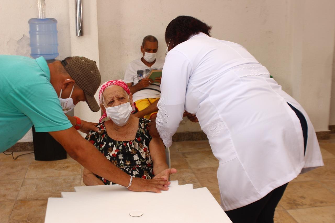 Vacinação contra Covid-19 traz esperança a idosos do Abrigo D. Pedro II