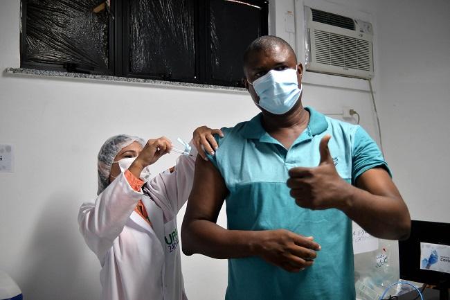 Salvador vacina pessoas com 32 anos ou mais no domingo