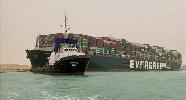 Egito exige US$ 1 bilhão para liberar navio que bloqueou Canal de Suez