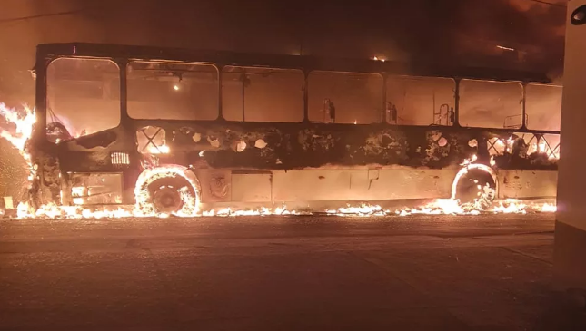 Ônibus pega fogo e atinge rede elétrica em Itapuã