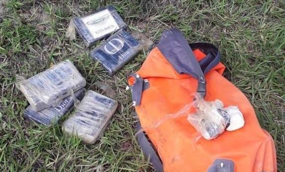 PM encontra mochilas com pasta de cocaína em praia em Nova Viçosa