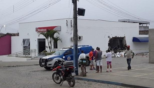 Bandidos explodem agência do Bradesco em Santa Cruz da Vitória