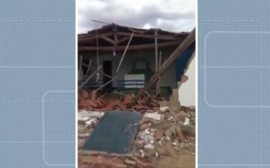 Ventania destrói igreja em Sento Sé, mas altar fica de pé