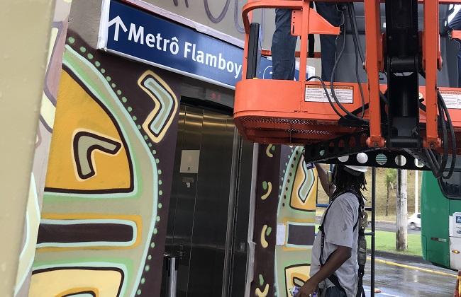 Estação Flamboyant do Metrô ganha grafite em homenagem à capoeira