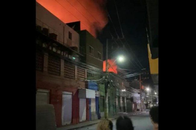 Incêndio destrói loja no bairro de Itapuã
