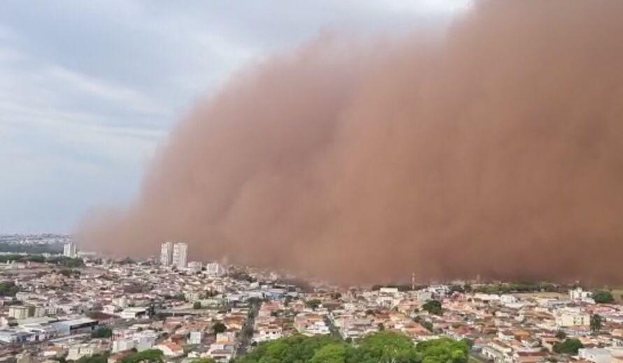 Nuvem de poeira encobre cidades de São Paulo e Minas Gerais