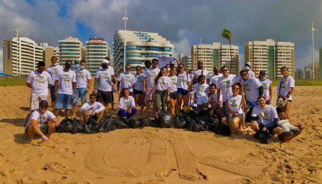 Funcionários da OR promovem limpeza de praia em Salvador