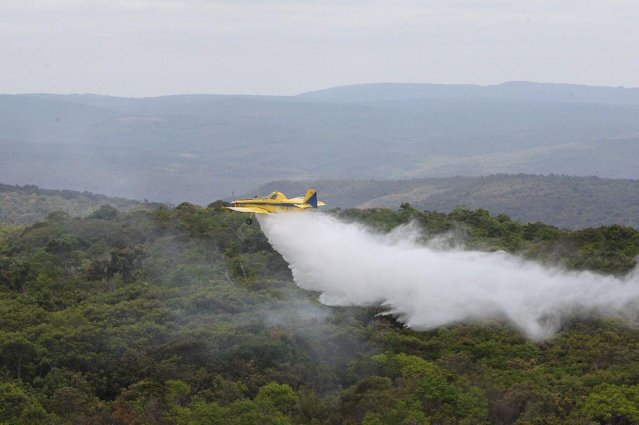 Helicóptero e 12 aeronaves combatem incêndios florestais no interior baiano